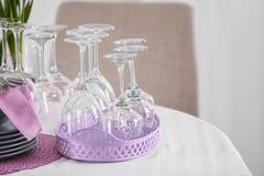 套与淡紫色辅助部件的餐具在桌上 库存照片