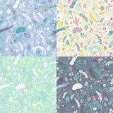 套与睡觉猫和花的四个花卉元素无缝的样式 库存图片