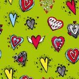 套与翼的滑稽的心脏速写,乱画 在绿色背景的无缝的样式 库存照片