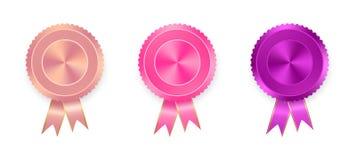 套与色的丝带的标签桔子、桃红色和紫色与在白色背景的金丝带 世界奖牌的汇集wi的 库存照片