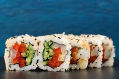 套与金枪鱼和新鲜蔬菜的日本寿司卷在ri 免版税库存图片