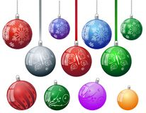 套与雪花蝴蝶花卉抽象装饰样式的五颜六色的圣诞树传染媒介装饰品球与球链子 库存例证