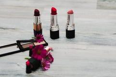 套专业装饰化妆用品、构成工具和辅助部件在背景 秀丽、时尚、党和购物概念 T 图库摄影
