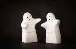 套两个万圣夜鬼魂和黑背景 免版税库存照片