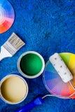 套为绘的工具在蓝色木书桌背景顶视图copyspace 免版税库存图片