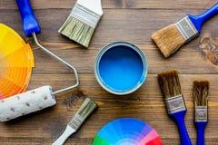 套为绘的工具在木桌背景顶视图 免版税库存照片