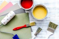 套为绘的工具在灰色木桌背景顶视图 免版税库存照片