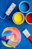 套为绘的工具在蓝色木书桌背景顶视图 库存照片