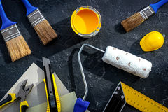 套为绘的工具在黑石书桌背景顶视图 免版税库存图片