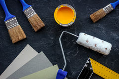 套为绘的工具在黑石书桌背景顶视图 库存图片