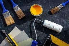 套为绘的工具在黑石书桌背景顶视图 免版税库存照片