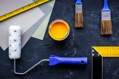 套为绘的工具在黑石桌背景顶视图 免版税图库摄影