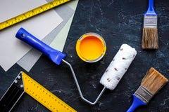套为绘的工具在黑石桌背景顶视图 库存照片