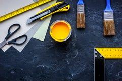 套为绘的工具在黑石桌背景顶视图copyspace 库存图片