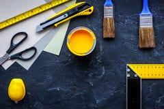 套为绘的工具在黑石桌背景顶视图copyspace 免版税库存图片