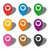 套九五颜六色的地图尖与在白色圈子的心脏象和与阴影 图库摄影