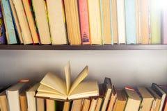 套书在图书馆里 知识,科学 被定调子的图象 图库摄影