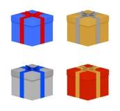 套五颜六色的圣诞节礼物栓了蓝色,红色,金和银丝带和蝶形领结 与一个盒盖的闭合的生日礼物在白色bac 库存图片