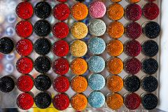 套五颜六色的明亮的缝合的按钮 免版税库存照片