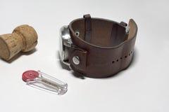 套人手表,香槟黄柏和塑料火石持有人 免版税库存图片
