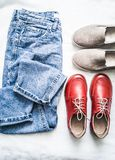 套休闲、步行-妈妈的牛仔裤,绒面革米黄易穿脱的衣服和红色皮革运动鞋的妇女的衣物有在a的平的鞋底的 免版税库存图片