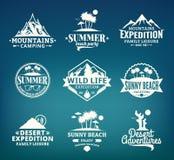 套传染媒介夏天、山和室外冒险商标 图库摄影