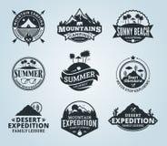 套传染媒介夏天、山和室外冒险商标 库存例证