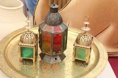 套典雅的赖买丹月Kareem灯笼或五颜六色的光在伊斯兰教的样式在金黄板材, DUBAI-UAE 2017年7月21日 免版税库存照片