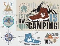 套减速火箭野营和室外活动商标 免版税库存照片
