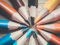 套几支色的铅笔 以一个圈子的形式铅笔木表面上 免版税库存照片