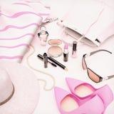 套化妆用品和各种各样的辅助部件妇女的 库存图片
