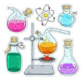 套化工实验、多彩多姿的瓶子和烧瓶的各种各样的设备 免版税库存照片