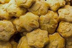 套卷曲稀薄的曲奇饼用切的胡说的杏仁酥脆甜点心早餐背景糖果店 库存图片