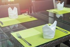 套叉子和刀子在桌上在餐馆 库存照片