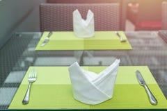 套叉子和刀子在桌上在餐馆 库存图片