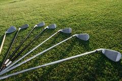 套发光的高尔夫俱乐部在草安排了 库存图片