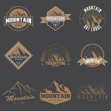套另外葡萄酒山商标象征传染媒介例证 山和旅行象旅游业组织的 库存图片