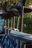 套可调整的金属小船支持站立与在上面的木平台 免版税图库摄影