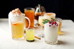 套各种各样的冬天鸡尾酒 库存照片