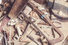 套各种各样的老设备,生锈的仪器和工具为木匠在木桌上运作 定调子 库存图片