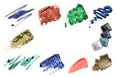 套各种各样的被击碎的眼影膏搽粉在白色的染睫毛油 免版税库存照片