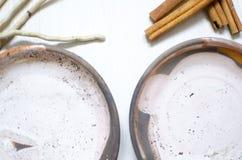 套咖啡的盘从黏土 装饰cerasmics 陶瓷工 免版税库存照片