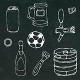 套啤酒对象:能和钥匙,杯子,轻拍,瓶,橄榄球球,开启者,小桶 在一个黑黑板上 免版税库存照片
