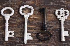 套四把古色古香的钥匙,一个是不同的和颠倒 免版税库存图片