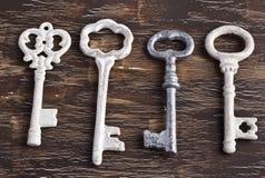 套四把古色古香的钥匙,一是不同的 免版税库存图片