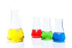 套圆锥形有颜色液体的温度抗性烧瓶 免版税库存图片