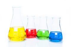 套圆锥形有颜色液体的温度抗性烧瓶 免版税图库摄影