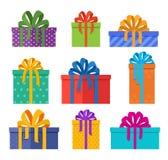 套圣诞节在假日包裹的礼物盒与色的蝴蝶结 在平的样式设计的圣诞节礼物 向量例证