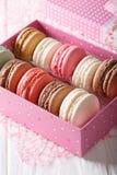 套在一个桃红色礼物盒特写镜头的蛋白杏仁饼干 垂直 库存照片