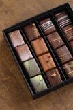 套在一个礼物盒的豪华手工制造糖果在木backgroun 库存图片
